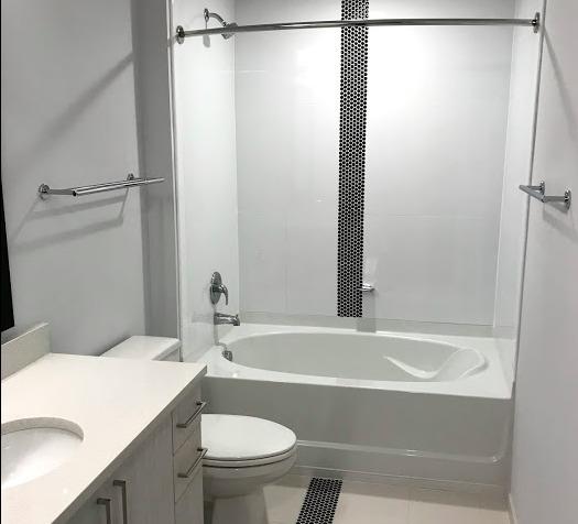 アメリカのアパートの浴室の写真